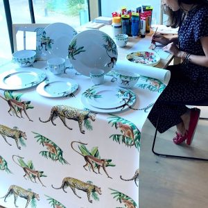 Femke Zwaan schildert panters tijdens interieurevent Salon Residence